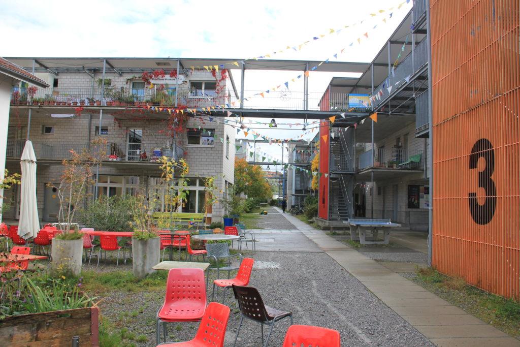 Siedlung im Werk, Uste, links der Eingang zur Gesundheitspraxis Praxis